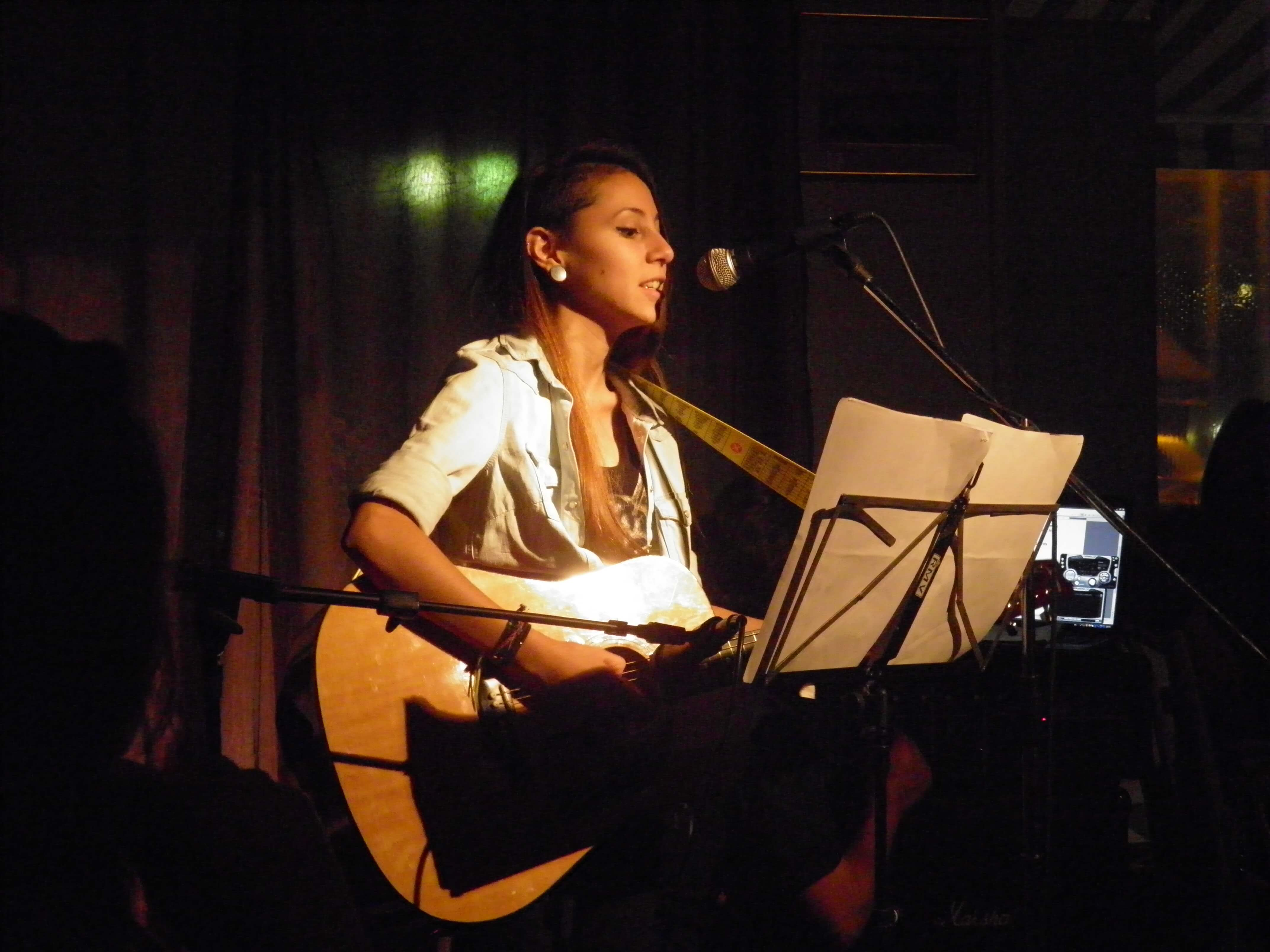 Cantante con guitarra show muestra CDC ATLA